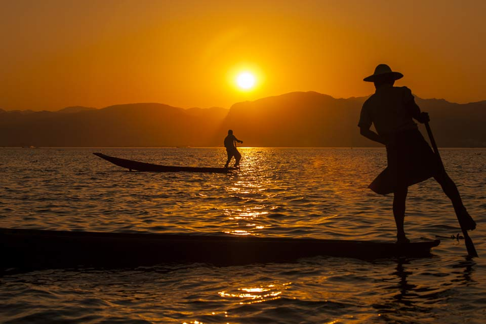 leg-rowers-at-sunset-inle-lake-myanmar